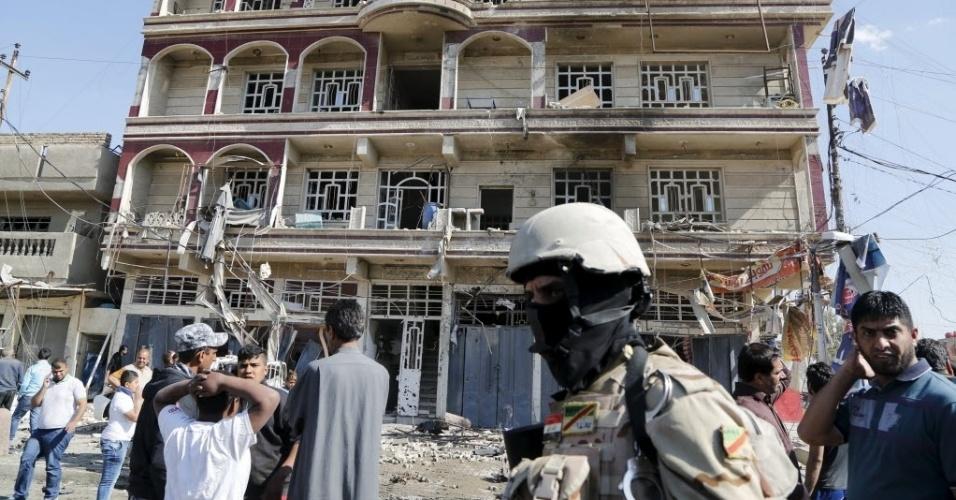 23.mar.2015 - Soldado monta guarda no local de um ataque com carro-bomba no distrito de Habibia, em Bagdá, no Iraque. O atentado matou duas pessoas e feriu 15, segundo autoridades