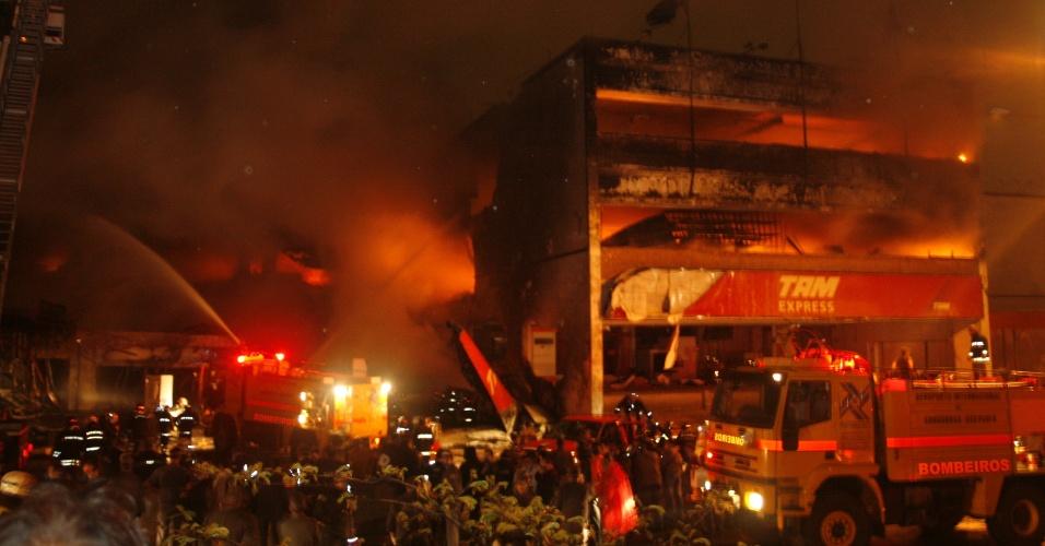 17.jul.2007 - Incêndio atinge prédio da TAM Express após a queda de um avião A320 da TAM no aeroporto de Congonhas, em São Paulo; 199 pessoas morreram
