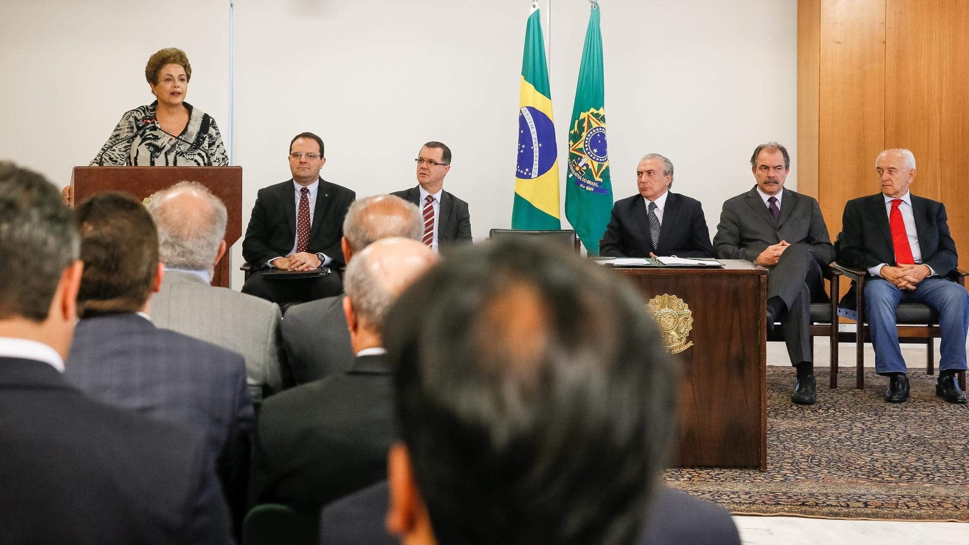 24.mar.2015 - A presidente Dilma Rousseff assinou nesta terça-feira (24) uma medida provisória que estabelece nova política para a valorização do salário mínimo, que valerá de 2016 a 2019. A medida será encaminhada ao Congresso, e a presidente pediu que seja analisada em caráter de urgência. Segundo Dilma, a medida provisória mantém a política de reajuste do mínimo. A lei de reajuste tem usado como parâmetro índices de inflação do ano e o percentual de crescimento da economia (do Produto Interno Bruto) do ano anterior ao da apresentação da lei orçamentária