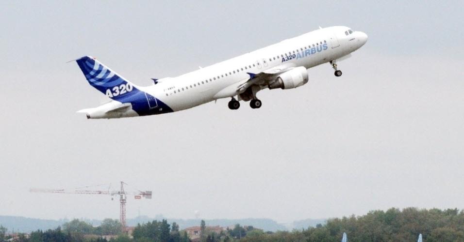24.mar.2015 - Avião do modelo Airbus A320 (representado na foto), da companhia alemã Germanwings, caiu no sul da França. O Airbus A320 levava 142 passageiros e 6 tripulantes e ia de Barcelona, na Espanha, para Dusseldorf, na Alemanha
