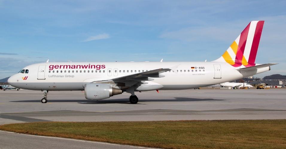 24.mar.2015 - Avião do modelo Airbus A320 (representado na foto), da companhia alemã Germanwings, caiu nos Alpes franceses. O Airbus A320 levava 144 passageiros e 6 tripulantes e ia de Barcelona, na Espanha, para Dusseldorf, na Alemanha