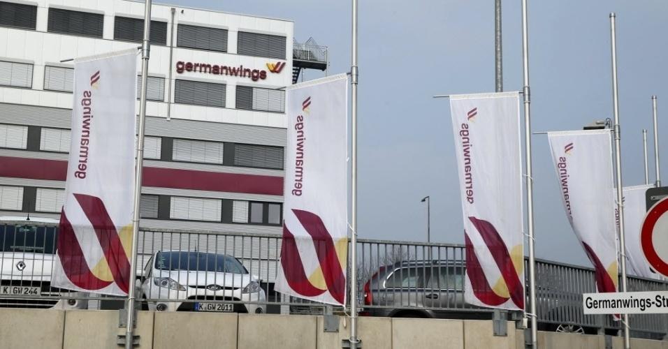 24.mar.2015 - Bandeiras da Germanwings são colocadas a meio mastro na sede da empresa aérea subsidiária da Lufthansa em Colônia, na Alemanha, em sinal de luto pela queda do voo 4U9525 na França