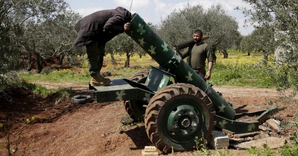 24.mar.2015 - Combatente rebelde olha dentro de um canhão na linha da frente da cidade de Idlib, no norte da Síria. A foto foi tirada em 23 de março