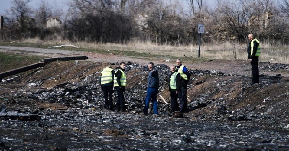 24.mar.2015 - Equipe de especialistas holandeses inspeciona local do acidente do voo MH17 da Malasya Airlines, perto da aldeia de Grabove, no leste da Ucrânia. O voo MH17 foi derrubado em 17 de julho de 2014, com 298 pessoas a bordo