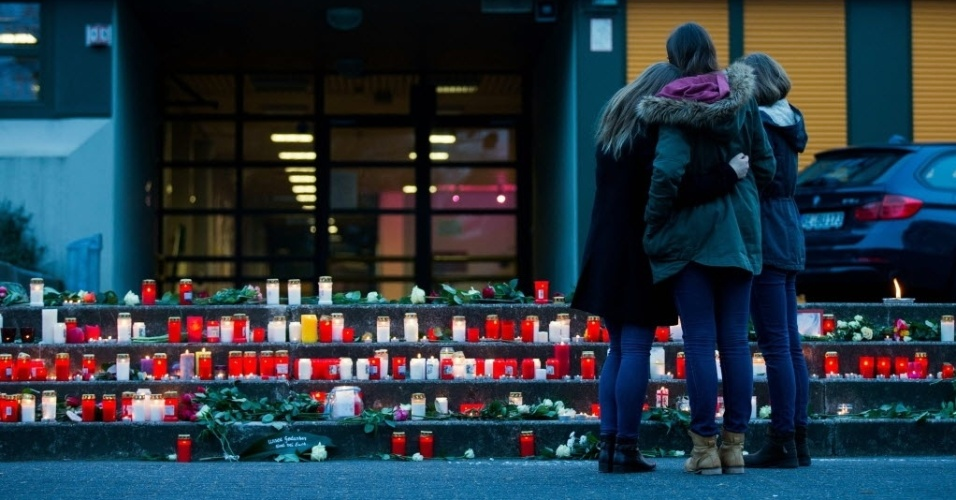 24.mar.2015 - Estudantes se consolam em frente à escola Josef-Koenig-Gymnasium, em Haltern am See, na Alemanha. Dezesseis adolescentes que estudavam na escola e dois professores voltam de uma viagem de intercâmbio a bordo do voo 4U9525 da Germanwings, que caiu nos Alpes franceses