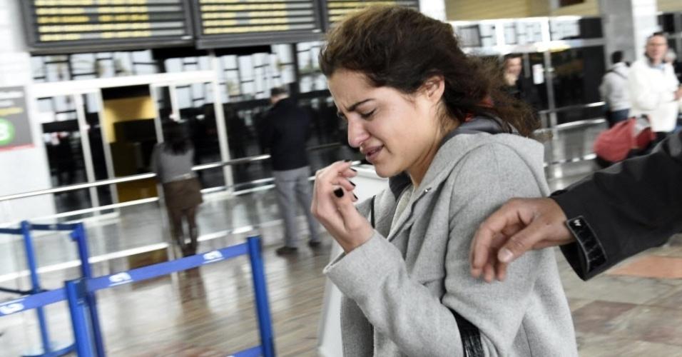 24.mar.2015 - Familiar de vítima de queda do voo 4U9525 na França chora a perda de ente querido no aeroporto de El Prat, em Barcelona, na Espanha