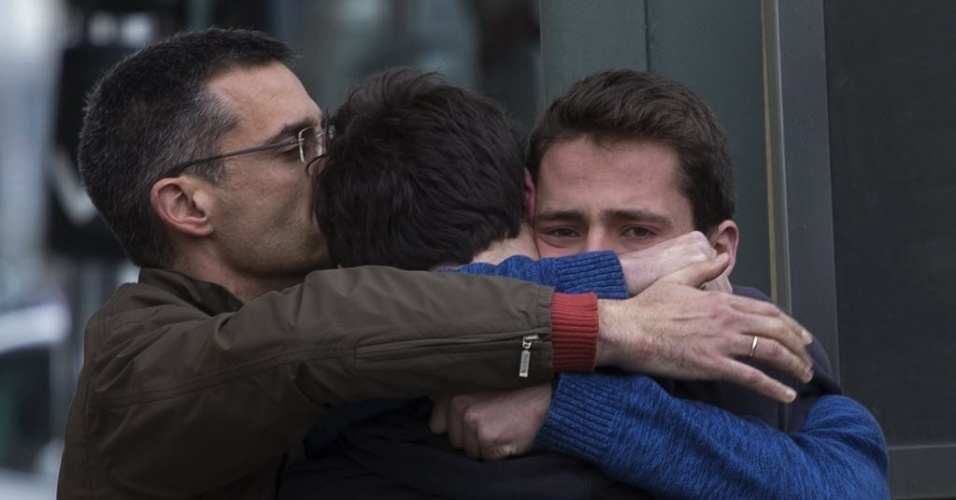 24.mar.2015 - Familiares de vítimas de queda do voo 4U9525 na França choram a perda de entes queridos no aeroporto de El Prat, em Barcelona, na Espanha