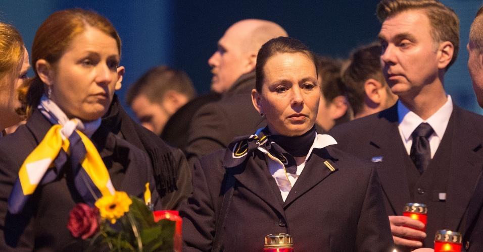 24.mar.2015 - Funcionários da Germanwings e Lufthansa seguram velas durante vigília do lado de fora da sede da companhia em Colônia, no oeste da Alemanha, nesta terça-feira (24), no aeroporto em Dusseldorf, onde o voo 4U9525 deveria ter pousado. O Airbus A320 da Germanwings caiu nos Alpes franceses, no sudeste da França, nesta terça, com 150 pessoas a bordo. Segundo autoridades francesas, não há sobreviventes