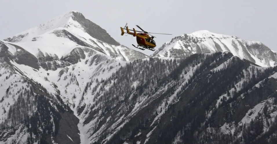 24.mar.2015 - Helicóptero de resgate sobrevoa região dos Alpes franceses em busca dos destroços do Airbus A320 da Germanwings que caiu na região