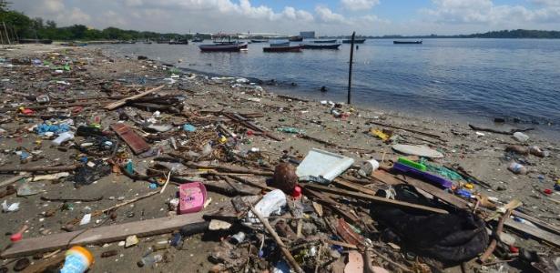 Lixo se acumula nas margens da Baía de Guanabara
