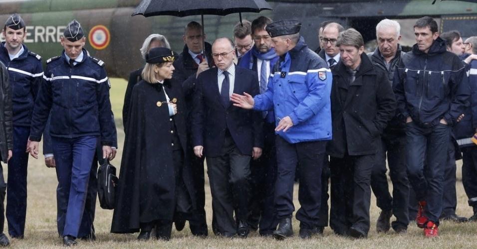 24.mar.2015 - O ministro do Interior da França, Bernard Cazeneuve (centro), chega ao acampamento de emergência montado em Seyne, sudeste da França, para operações de busca dos destroços do voo 4U9525, que caiu nos Alpes franceses