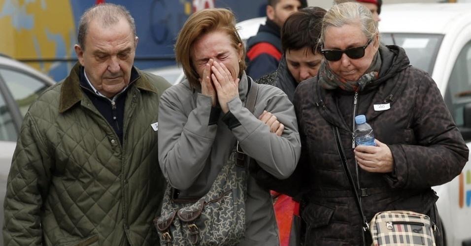 24.mar.2015 - Parentes de vítimas da queda do Airbus A320 da Germanwings nos Alpes franceses choram a perda de familiares no aeroporto de El Prat, em Barcelona, de onde o avião decolou com destino a Dusseldorf, na Alemanha. Não há sobreviventes