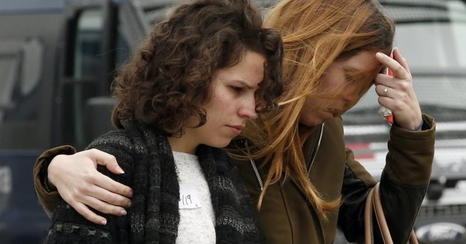 24.mar.2015 - Parentes de vítimas da queda do Airbus A320 da Germanwings nos Alpes franceses reagem à perda de familiares no aeroporto de El Prat, em Barcelona, de onde o avião decolou com destino a Dusseldorf, na Alemanha. Não há sobreviventes