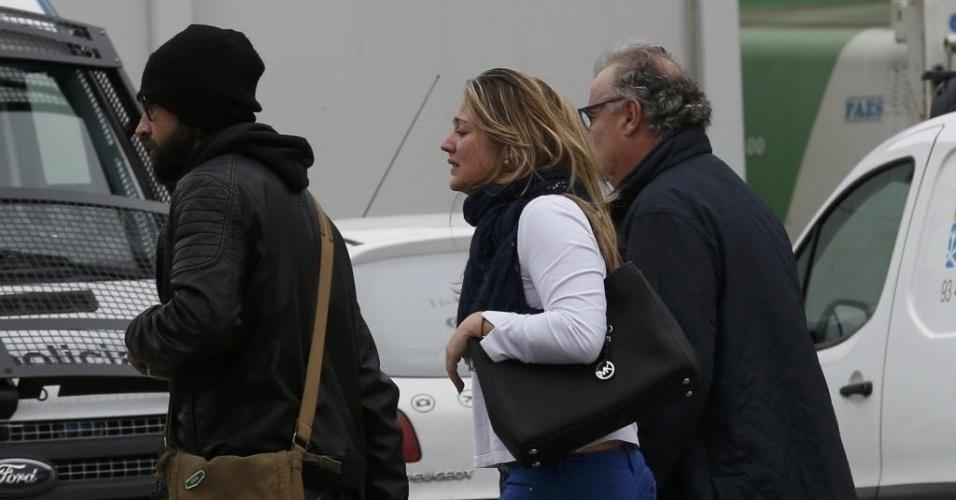 24.mar.2015 - Provável parente de passageiro de voo da Germanwings chega ao aeroporto de El Prat, em Barcelona, na Espanha. O Airbus A320 que levava 146 passageiros e 6 tripulantes da cidade espanhola para Dusseldorf, na Alemanha, caiu nos Alpes franceses. Autoridades francesas dizem não acreditar haver sobreviventes