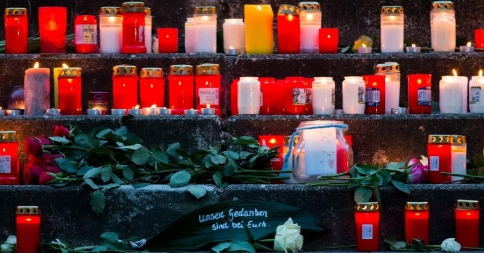 24.mar.2015 - Velas acesas em homenagem a 16 estudantes e dois professores da escola Josef-Koenig-Gymnasium, em Haltern am See, na Alemanha. Eles estavam a bordo do voo 4U9525 da Germanwings, que caiu nos Alpes franceses