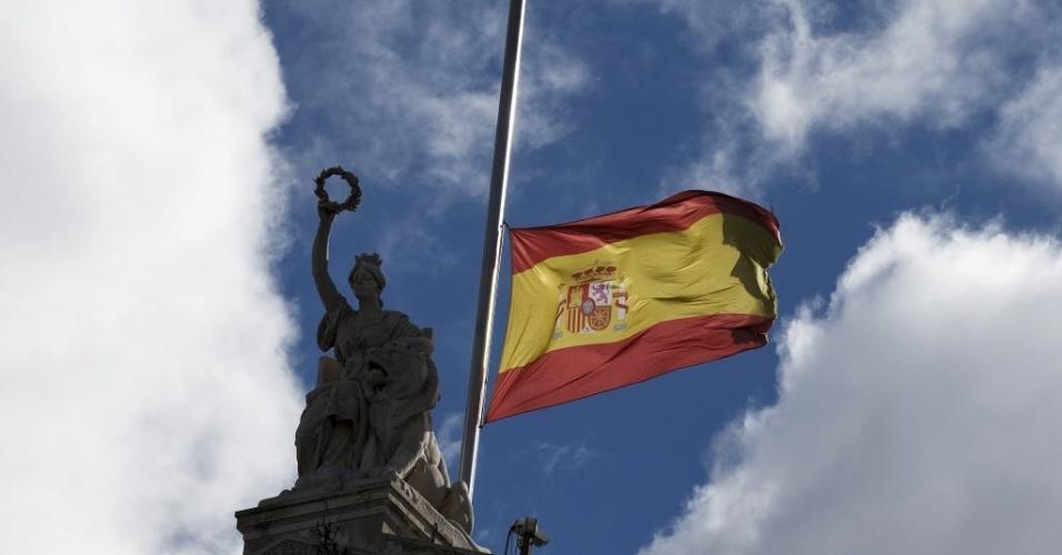 25.mar.2015 - Bandeira da Espanha é colocada a meio mastro na Biblioteca Nacional em Madri, em homenagem às vítimas da queda do Airbus A320 da Germanwings nos Alpes franceses com 150 pessoas a bordo