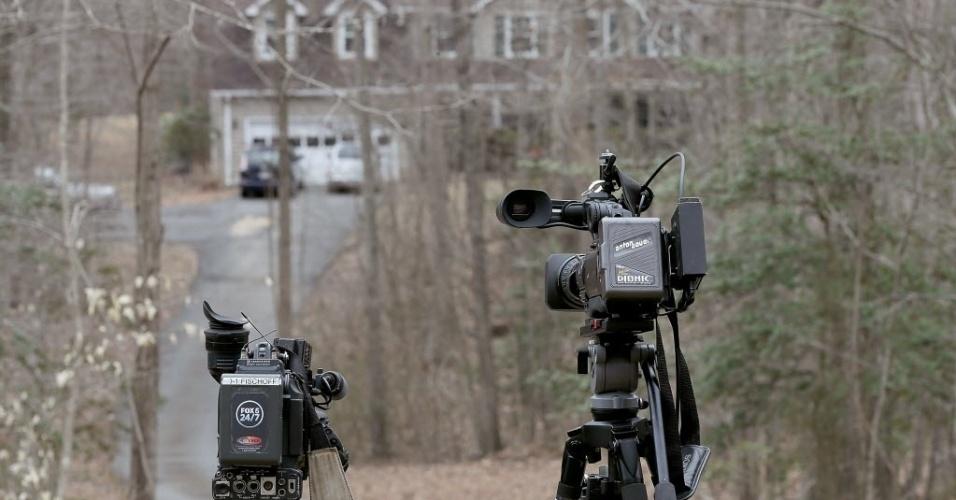 25.mar.2015 - Câmeras de televisão foram montadas em frente a casa da funcionária do Pentágono Yvonne Selke e sua filha Emily Selke que estavam no voo da Germanwings que caiu nos Alpes franceses na terça-feira (24)