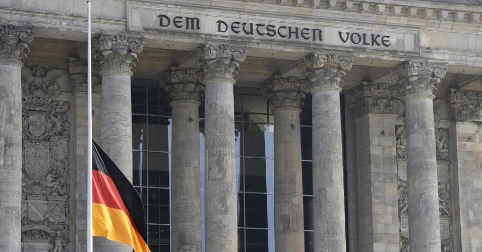 25.mar.2015 - O Reichstag, Parlamento alemão, amanheceu com bandeiras a meio mastro em respeito às vítimas do voo que caiu nos Alpes franceses. O Airbus A320 da Germanwings saiu de Barcelona, na Espanha, com destino a Dusseldorf, na Alemanha. A maior parte das 150 pessoas que estavam a bordo era alemã