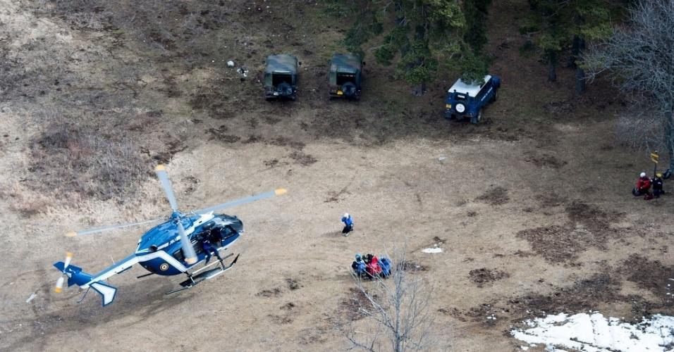 25.mar.2015 - Operação da equipe de resgate em busca de destroços do avião da Germanwings durante esta quarta-feira (25). A equipe inclui 600 pessoas, entre médicos, bombeiros, investigadores e responsáveis pela segurança do local