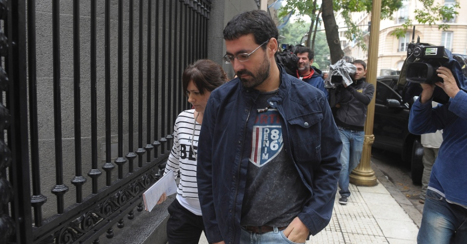 25.mar.2015 - Parentes de vítimas argentinas que morreram no acidente com o Airbus A320, da Germanwings, chegam ao ministério de Relações Exteriores em Buenos Aires, na Argentina