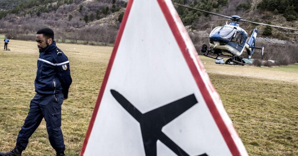 Helicópteros de resgate retomam as buscas pelos destroços do avião da Germanwings que caiu no Alpes franceses matando os 150 ocupantes