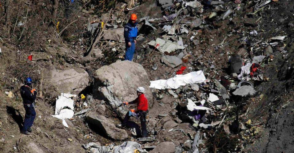 26.mar.2015 - 26.mar.2015 - Oficiais franceses e investigadores mapeiam destroços e provas no local do acidente do Aiburs A320 da Germanwings, próximo a Seyne-les-Alpes, na França. Segundo o procurador de Justiça de Marselha (França), Brice Robin, o copiloto Andreas Lubitz, 28,