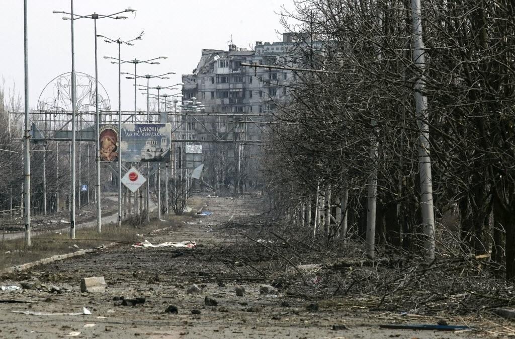 26.mar.2015 - Área residencial de Donetsk, na Ucrânia, fica destruída após bombardeios perto do aeroporto