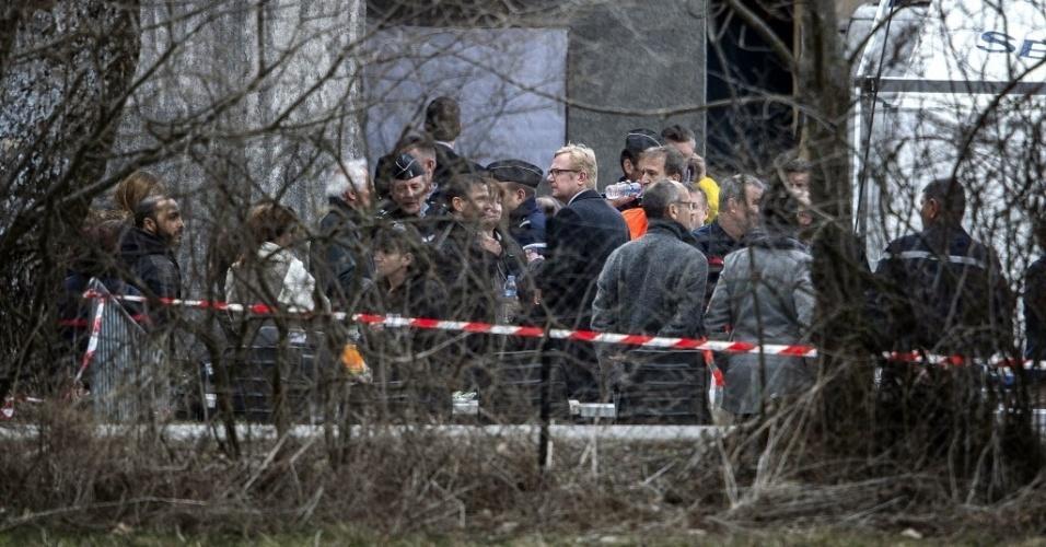 26.mar.2015 - Familiares das vítimas do acidente com o voo 4U9525, da Germanwings, chegam a Seyne-les-Alpes, dois dias após a aeronave chocar contra os Alpes franceses, matando as 150 pessoas que estavam a bordo