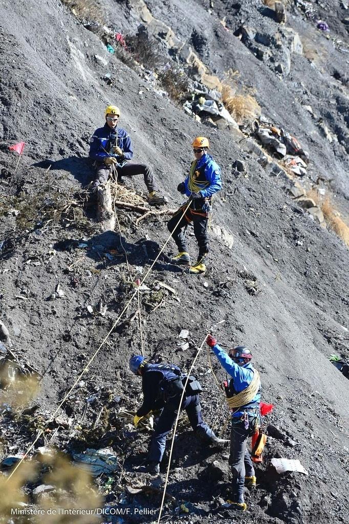26.mar.2015 - Oficiais franceses e investigadores mapeiam destroços e provas no local do acidente do Aiburs A320 da Germanwings, próximo a Seyne-les-Alpes, na França. Segundo o procurador de Justiça de Marselha (França), Brice Robin, o copiloto Andreas Lubitz, 28,
