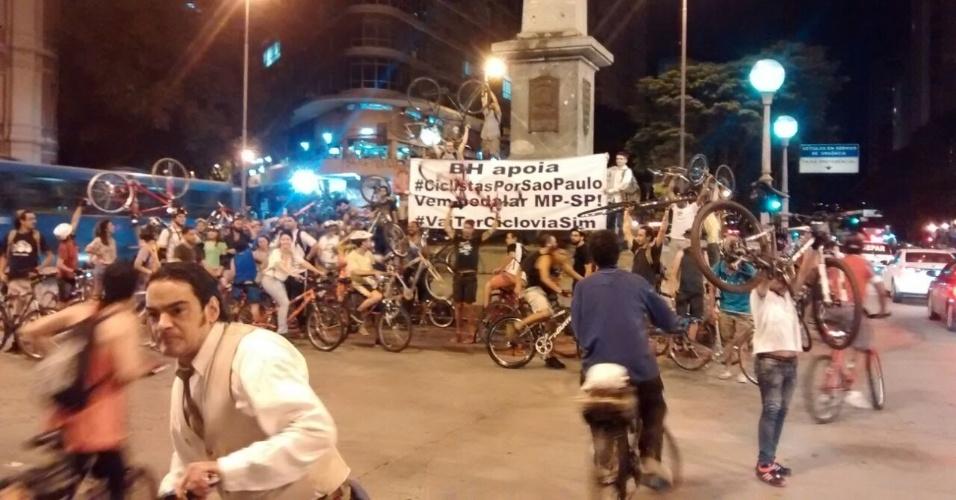 27.mar.2015 - Ciclistas de Belo Horizonte (MG) carregam cartaz com os dizeres