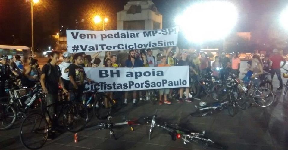 27.mar.2015 - Ciclistas de Belo Horizonte (MG) manifestam solidariedade aos de SP em bicletada na noite desta sexta-feira (27). A imagem foi enviada por WhatsApp pelo internauta Augusto Schmidt