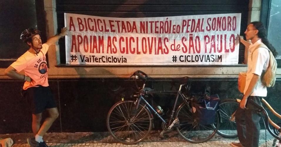 27.mar.2015 - Ciclistas de Niterói (RJ) também participam do ato na capital fluminense e mostram solidariedade aos ciclistas em São Paulo