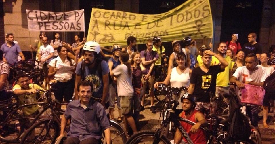 27.mar.2015 - Ciclistas e simpatizantes também manifestam no Rio de Janeiro (RJ) em favor das ciclovias. Nas faixas ao fundo é possível ler