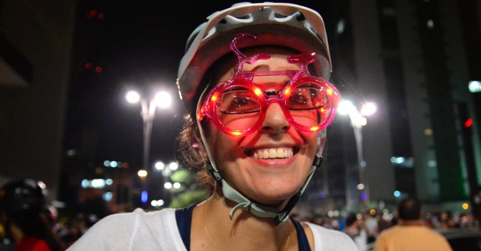 27.mar.2015 - Garota usa óculos luminoso em formato de bicicleta durante manifestação na avenida Paulista em favor das ciclovias. A Prefeitura de São Paulo conseguiu suspender a decisão liminar que impedia a implementação de ciclovias na cidade. A decisão é do próprio presidente do Tribunal de Justiça do Estado, Renato Nalini