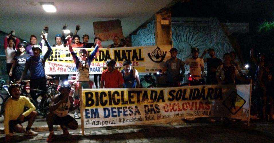 27.mar.2015 - Manifestantes de Natal (RN) registram solidariedade em favor dos ciclistas de São Paulo (SP).
