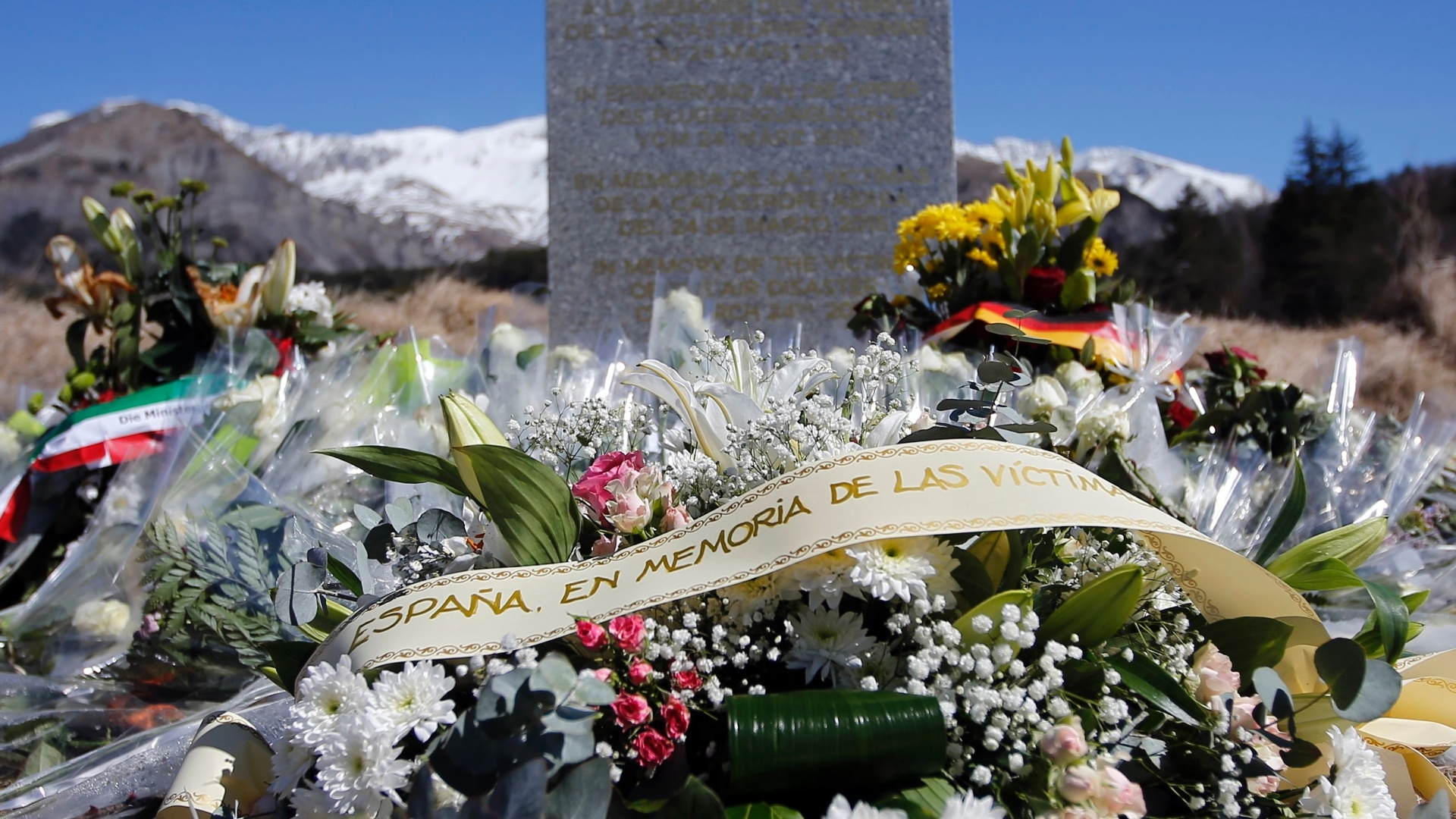 27.mar.2015 - Parentes colocam flores em homenagem às vitimas do acidente com o avião da Germanwings. O coronel Patrick Touron, vice-diretor do Instituto de Pesquisa Criminalística da polícia francesa, informou nesta sexta-feira (27) que nenhum corpo foi encontrado intacto