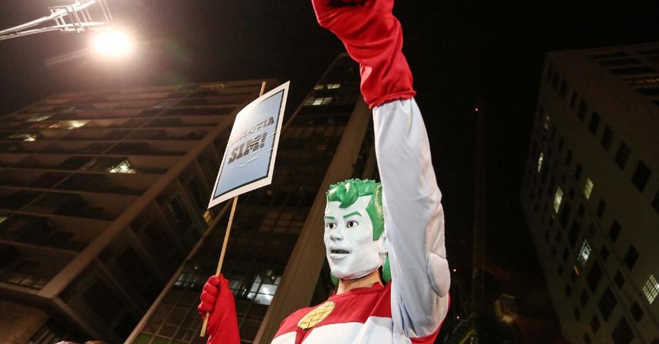27.mar.2015 - Um boneco do capitão planeta apareceu na manifestação em São Paulo em favor da continuidade da construção de ciclovias na capital paulista