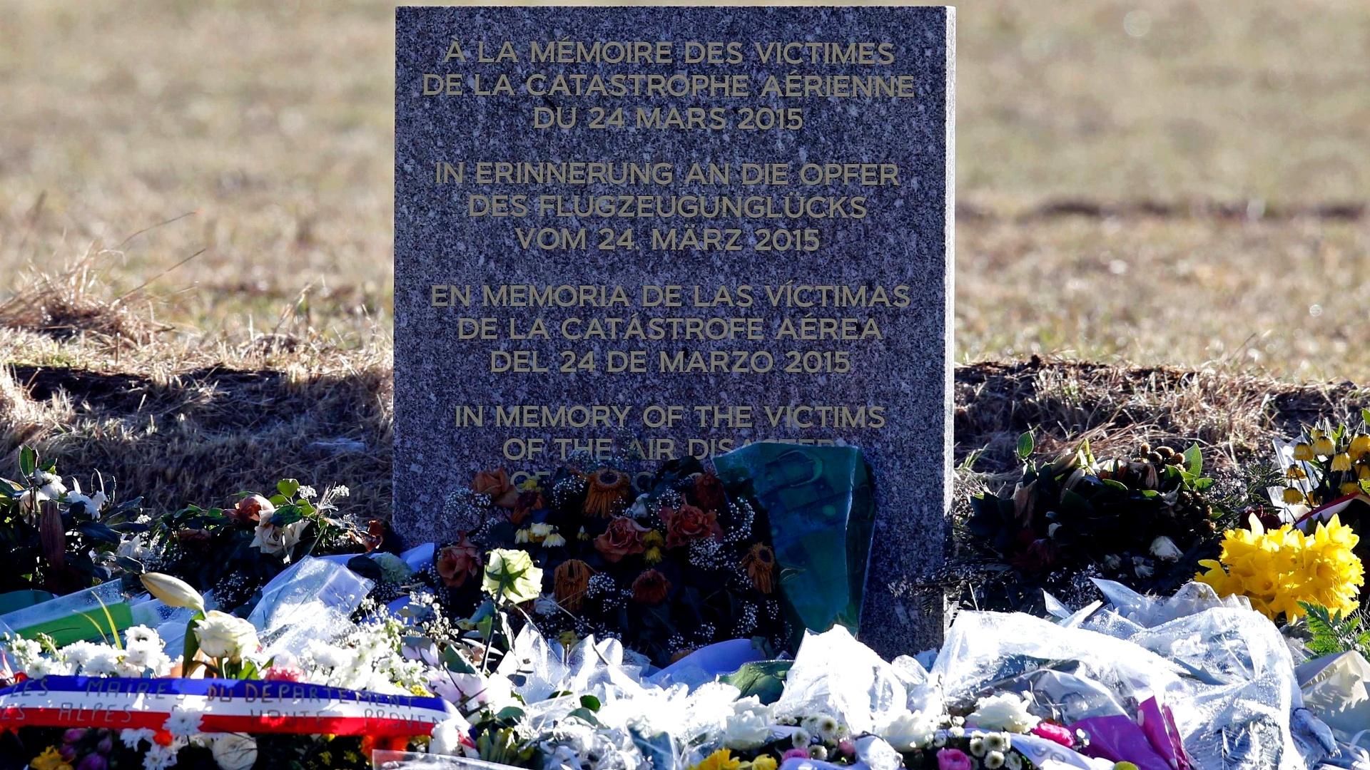 29.mar.2015 - Flores são depositadas neste domingo (29) em memorial montado para as vítimas do desastre aéreo na aldeia francesa de Le Vernet, perto do local do acidente do Airbus A320 da Germanwings. O copiloto suspeito de deliberadamente jogar o avião contra os Alpes franceses estaria sob tratamento psiquiátrico, e planejava 'ser lembrado', disse uma ex-namorada ao jornal alemão