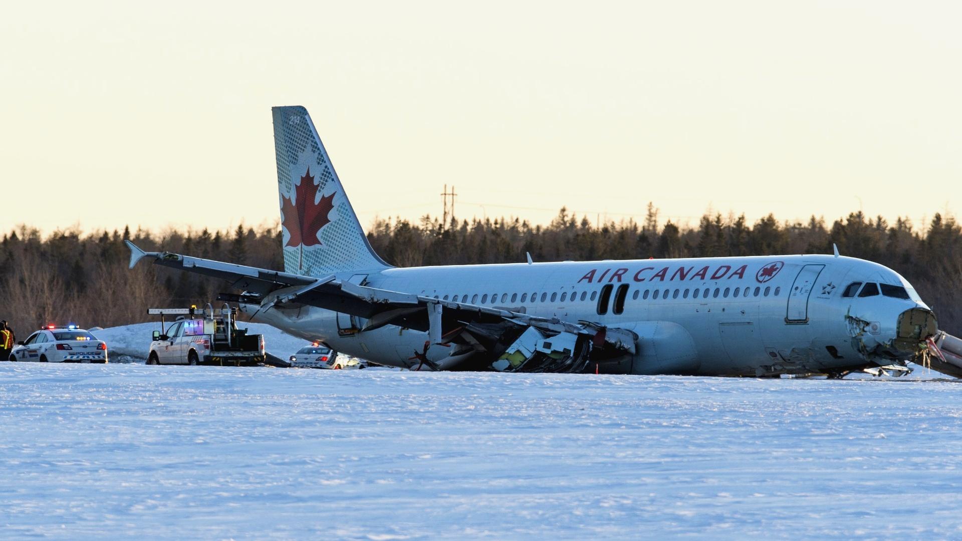 29.mar.2015 - Um avião da Air Canadá sofreu na madrugada deste domingo