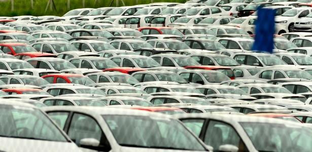 Nem as constantes férias coletivas cedidas pela Volkswagen desafoga o pátio da fábrica de Taubaté (SP), que continua lotado de veículos produzidos nos úlimos meses