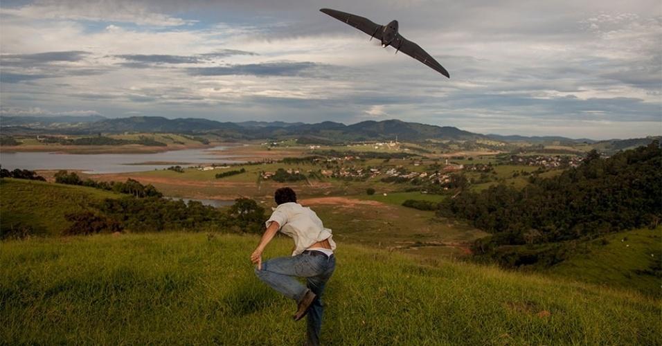 """30.mar.2015 - Integrante do Greenpeace lança o drone """"Graúna"""" sobre a represa Jacareí, que faz parte do Sistema Cantareira. O objetivo da ONG de preservação do meio ambiente é monitorar o nível da água do reservatório. O uso do drone (micro vant de asa fixa) nessa região é parte de um projeto de pesquisa do Greenpeace Brasil para monitorar com foto, vídeo e imagens 3D o desmatamento, uso do solo e nível dos reservatórios nas bacias dos principais mananciais que abastecem as regiões metropolitanas do sudeste do país"""