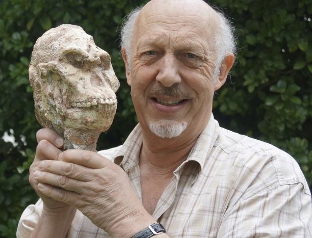 """O professor Ron Clarke, da Wits University da África do Sul, segura a caveira do """"Little Foot"""", em foto sem data definida"""