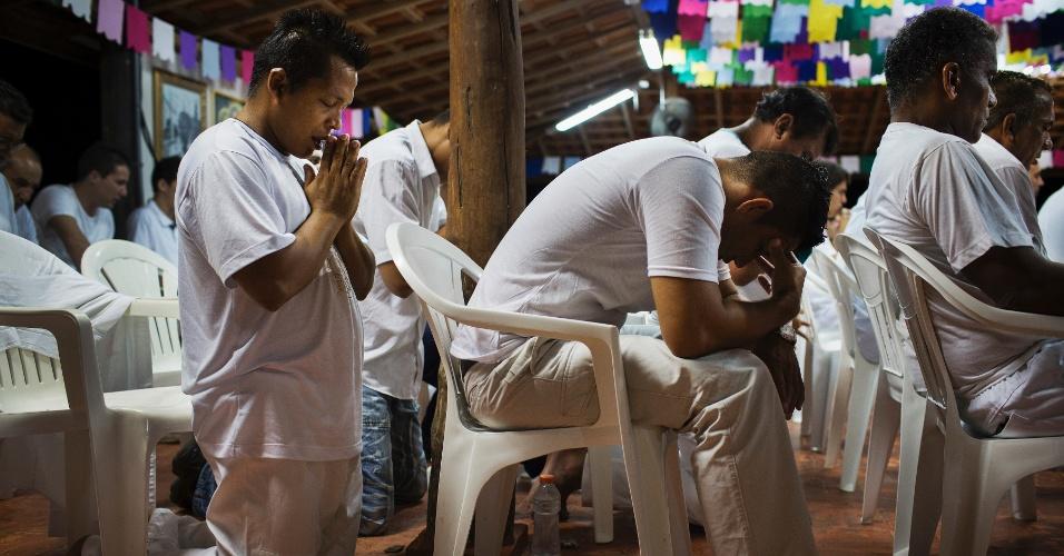 19.mar.2015 - O detento Alzimar Coelho (à esq.) reza após consumir ayahuasca em cerimônia em presído de Ji-Paraná, onde presos são tratados com uso de chá alucinógeno