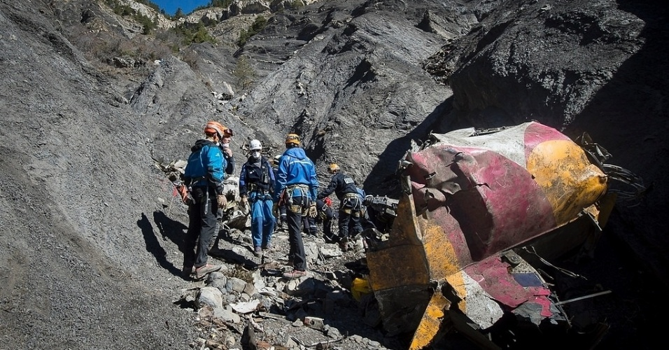 1º.abr.2015 - Equipes de técnicos trabalham no local da queda do Airbus A320 da Germanwings, próximo a Le Vernet, nos Alpes franceses. A retirada dos restos mortais dos passageiros do voo 4U9525 foi encerrada nesta terça-feira (31), depois que todos os restos foram recuperados