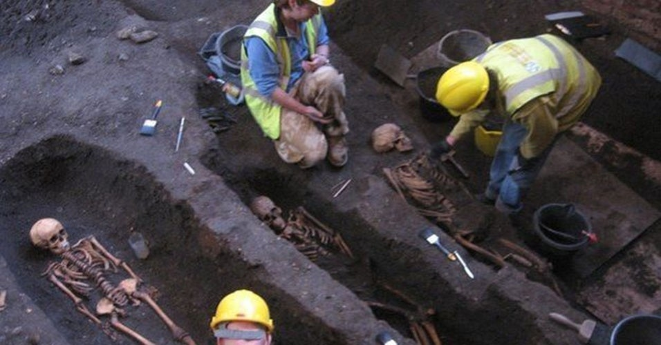 1º.abr.2015 - Mais de 400 esqueletos completos foram encontrados em sítio arqueológico sob a Universidade de Cambridge. Há no local cerca de mil corpos