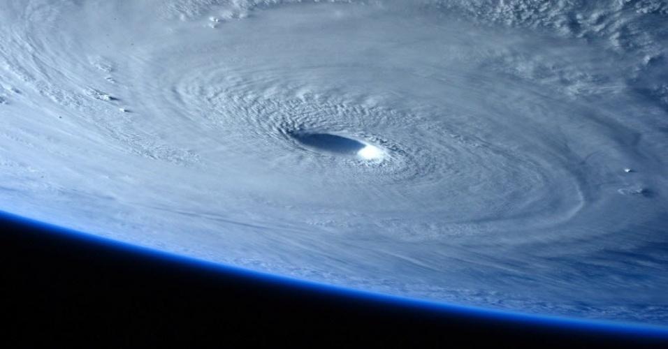 1°.abr.2015 - O tufão Maysak, formado em região próximo às Filipinas, é fotografado pela astronauta Samantha Cristoforetti da ISS (Estação Espacial Internacional). O tufão atingiu a categoria 5, a máxima em escala de intensidade dos ventos. As Filipinas colocaram tropas em alerta para a aproximação do Maysak, que deve, no entanto, perder força antes de se aproximar da costa do país