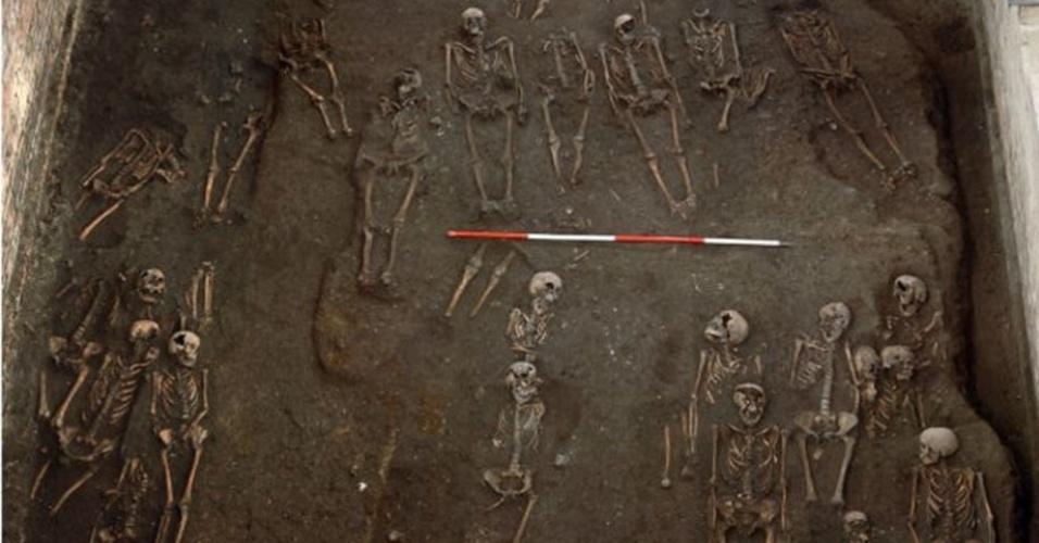 1º.abr.2015 - Pesquisadores trabalham em sítio arqueológico encontrado enterrado sob a Universidade de Cambridge. Segundo os arqueólogos, este pode ser um dos maiores cemitérios medievais hospitalares da Inglaterra