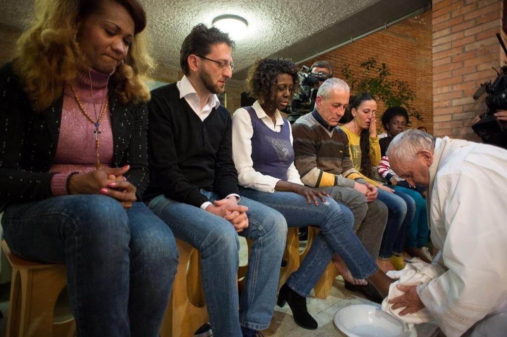 2.abr.2015 - Papa Francisco lava os pés de presidiários do centro penitenciário de Rebibbia em Roma. O tradicional