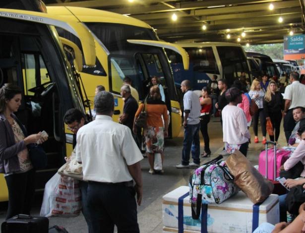 Passageiros aguardam pelo embarque na rodoviária Novo Rio, nesta quinta-feira (2)