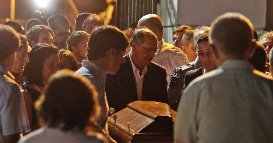 3.abr.2015 - O corpo de Thomaz Alckmin, filho mais novo do governador de São Paulo, Geraldo Alckmin (PSDB- SP), foi enterrado no começo da noite desta sexta-feira (3) em Pindamonhangaba (SP). Alckmin assistiu ao sepultamento abraçado à filha, Sophia, e ao lado da mulher, Lu Alckmin
